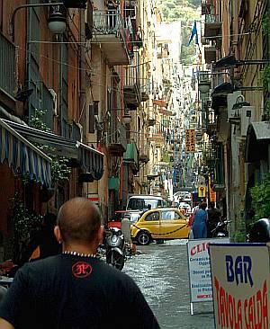 In den hohen schmalen Altstadtgassen Neapels ist fast immer reger  Betrieb.