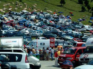 Die Wiesen verwandeln sich in dicht belegte Parkplätze.
