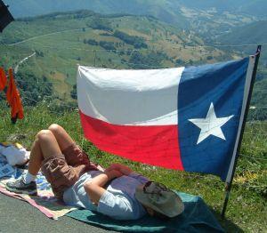 Ein Fan macht unter der texanischen Flagge ein Nickerchen.