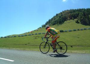 Nur vereinzelt überqueren Radler vor Eintreffen der Tour den Pass.