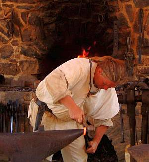 Der Schmied lässt sich ebenso wie die anderen Handwerker bei der Arbeit zuschauen.