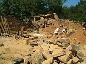 Steine für den Bau werden schweißtreibend im eigenen Steinbruch gebrochen.