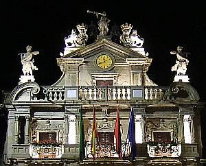 Das Rathaus von Pamplona: Auf dem Balkon fällt der Startschuss für die Fiesta.