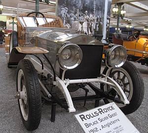 Auch dieser Rolls Royce Silver Ghost, der einst über englische Straßen rollte, zieht die Blicke der Besucher auf sich.