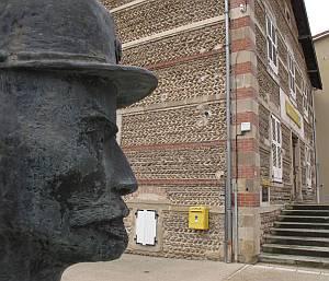 Eine Skulptur vor der Post erinnert an den Landbriefträger Cheval.