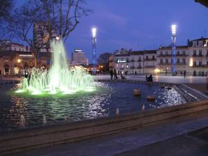 Nachts ist die Umgebung der Place de la Comédie in stimmungsvolles Licht getaucht.