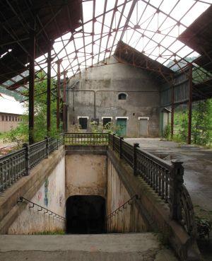 Die Treppenaufgänge zwischen den Bahnsteigen verfallen ebenso wie die Lagerhallen und Lokschuppen.