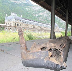 Auf den Bahnsteigen finden sich noch verschleppte Teile des früheren Bahnhofsinventars.