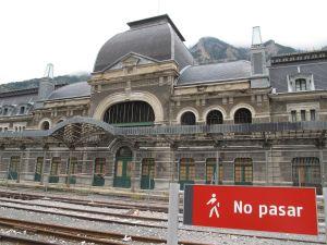 Das Dach des internationalen Bahnhofs, der zum Edelhotel werden soll, ist bereits erneuert worden.