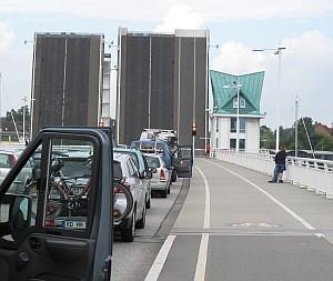 Die Klappbrücke in Kappeln gibt den Schiffen mehrmals am Tag den Weg frei.