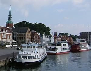 Ausflugsschiffe und ein Raddampfer lassen die Schlei auf dem Wasserweg erkunden.