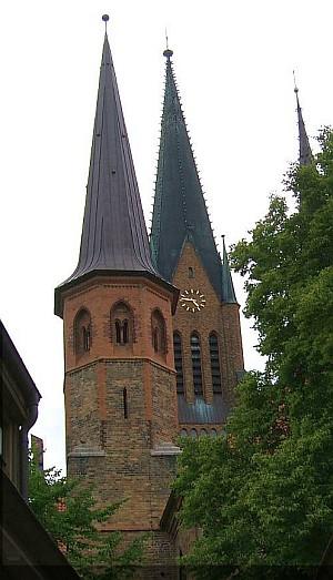 Der Dom St. Peter überragt Schleswigs Dächer und ist weithin sichtbar.