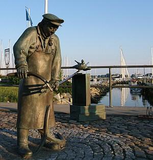 """Peter Aal"": Die Skulptur erinnert an eine uralte Methode des Fischfangs."