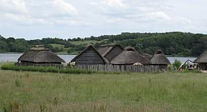 Sieben Nachbauten von Wikingerhäusern zeichnen das Leben der Nordmänner nach.