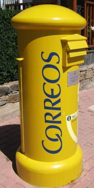 Die dicken gelben Briefkästen finden sich in ganz Spanien.