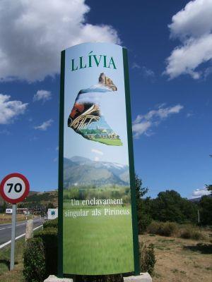 Schilder weisen schon von weitem auf den Status Llívias als Enklave hin.