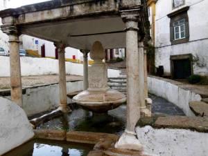 Der aufwendige alte Marmorbrunnen der Fonte da Vila in Castelo de Vide ist ein Blickfang.
