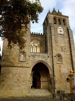 Évoras Kathedrale erhebt sich unübersehbar auf dem Stadthügel.