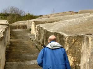 """Mitten durch den """"Cretto"""": Einschnitte im Beton zeichnen Gibellinas Sträßchen nach."""