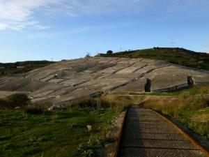 Stille Landschaft: Das Mahnmal schmiegt sich an den Hügel.