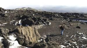 Vorbei mit dem Weiß: Nach dem Vulkanausbruch ist die Winterlandschaft mit Asche und Granulat übersät.