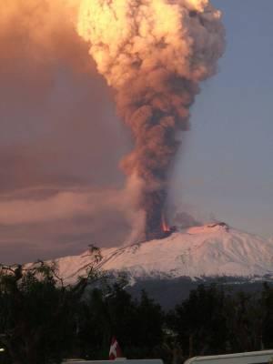 Eruptive Kraft: Die Rauchsäule steigt beim ersten Ausbruch des Jahres fast 5000 Meter hoch in den Himmel.