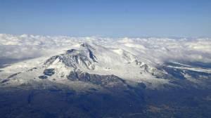 Vom Flugzeug aus gut zu sehen: Der Gipfel des Vulkans ist nicht nur im Januar von dickem Schnee und Eis bedeckt.
