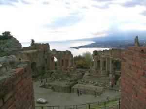 (Meistens) ein Logenplatz: Das antike Theater in Taormina bietet bei schönem Wetter eine gute Sicht auf den Ätna.