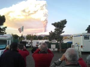 Kameras hoch: Der fantastische Anblick des Feuer speienden Vulkans soll unbedingt festgehalten werden.