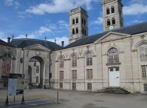 Der Bischofssitz neben der Kathedrale Notre Dame beherbergt heute das Weltzentrum für Frieden, Freiheit und Menschenrechte.