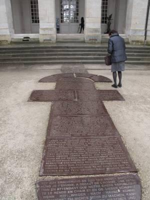Eine Bodenskulptur in Form eines Hüpfspiels zeigt im Wechsel Briefauszüge von französischen und deutschen Soldaten.