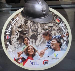 Freizeitpark? Die Tourismuswerbung greift mit einem skurril anmutenden Sticker die historische Bedeutung Verduns im Ersten Weltkrieg auf.