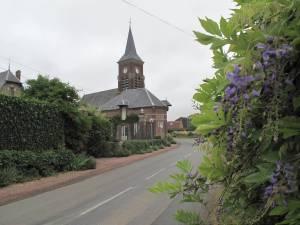 Schmucker Blickfang: Die aus Backsteinen errichtete Kirche Saint-Médard überragt mit ihrem Turm das Dorf.