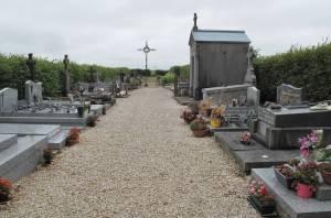 Keineswegs überdimensioniert: Der Friedhof von Y nahe dem Ortseingang präsentiert sich dem Betrachter schmal und langgezogen.