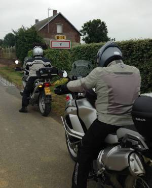 Kurzer Halt: Wie die meisten Besucher machen auch die beiden belgischen Motorradfahrer ein Erinnerungsfoto vor dem Ortsschild.