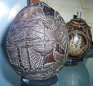 Gefangene haben Kokosnüsse in mühevoller Arbeit zu Puderdosen umgestaltet.