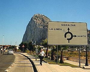 Der Felsen von Gibraltar ragt weithin sichtbar hoch aus dem Meer.