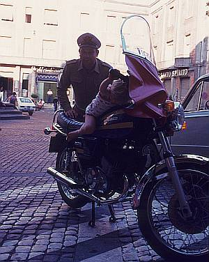 Kinderlieber Giuseppe: Unsere Tochter darf auf die Moto Guzzi klettern.