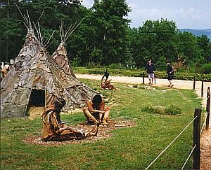 Einblicke in das Leben früher Jäger: Vor den Zelten wird ein Tier zerlegt.