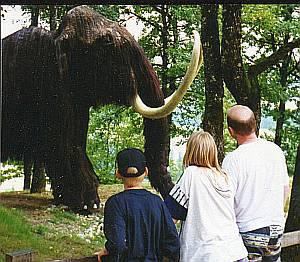 Auge in Auge mit den Besuchern: Das Mammut wirkt täuschend echt.