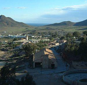 Blick auf Rodalquilar: Die Anlagen der alten Mine schmiegen sich an den Berghang