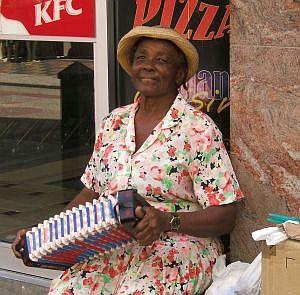 Auch Straßenmusiker finden sich in Bridgetowns belebten Einkaufsstraßen.