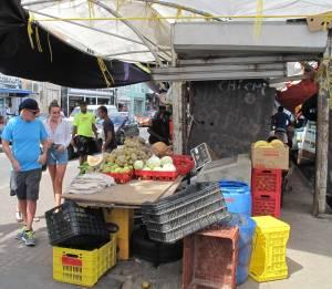 Gemüse, Obst und auch Fisch aus Venezuela: Der schwimmende Markt, dessen Händler mit Booten kommen,  ist eine Attraktion.
