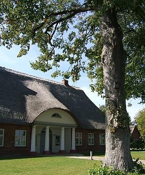 """Im einstigen Pastorat ist heute das """"Haus der Gesichte"""" untergebracht."""