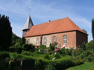Die Kirche Peter und Paul überragt das Kanalufer.