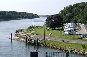 Camper haben einen Logenplatz, um die Schiffe zu bewundern.