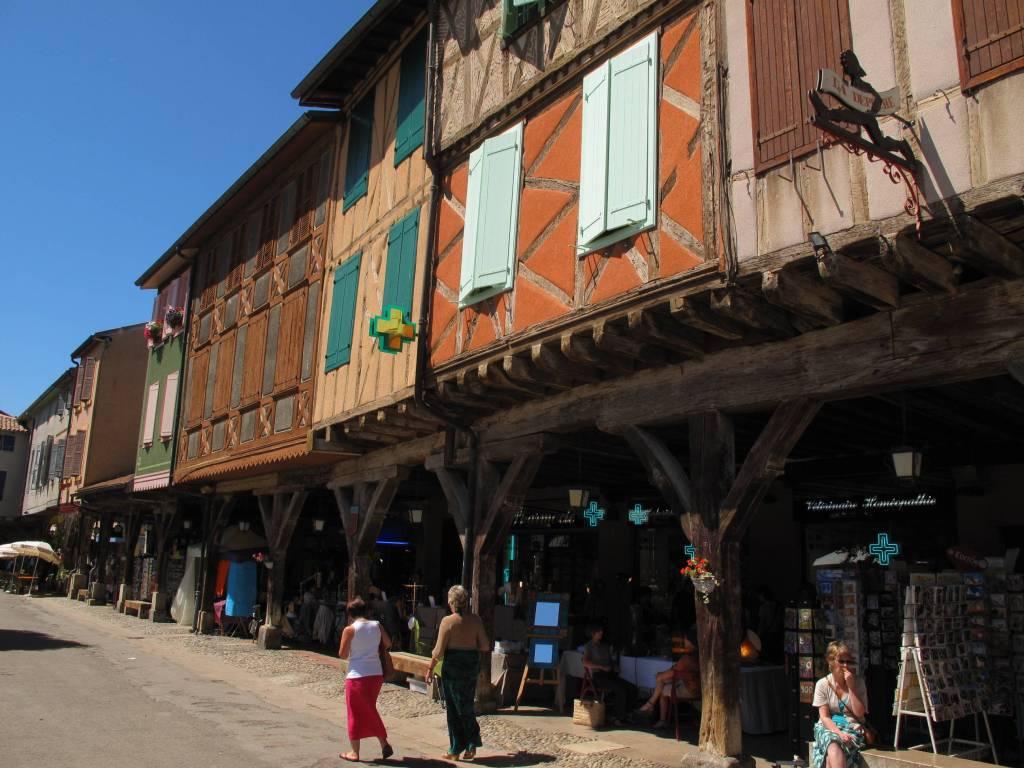 Mirepoix ist in ariège und hat etwa 3060 einwohner. Poetisches Puppenspiel vor mittelalterlicher Kulisse ...